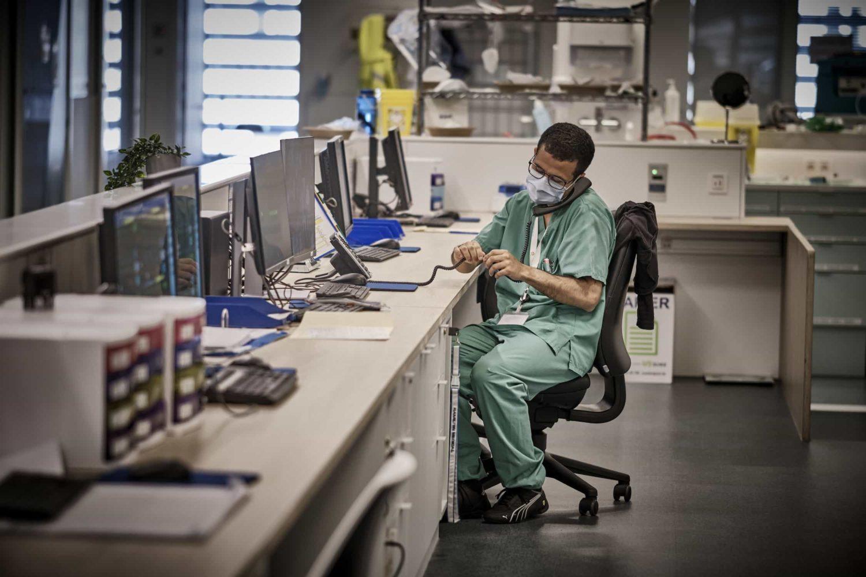 un docteur des soins intensifs
