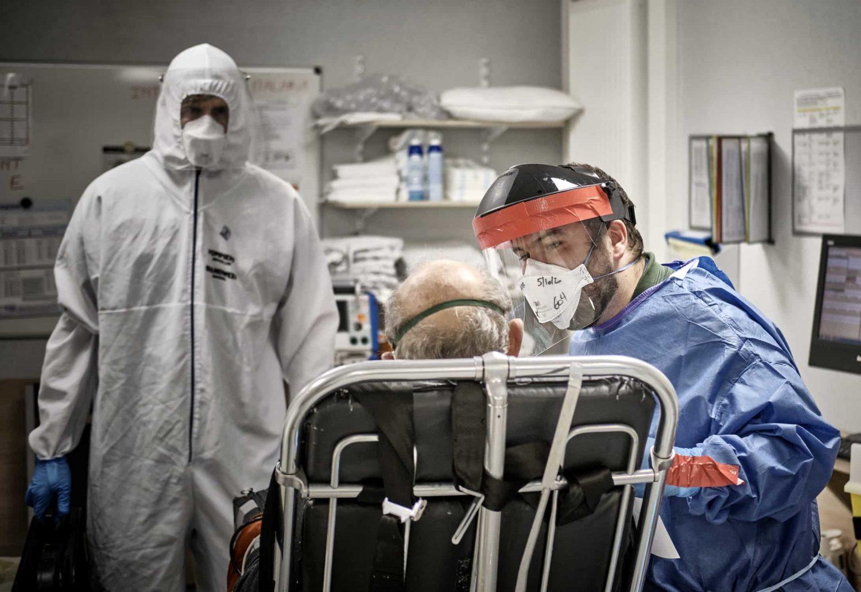 un infirmier avec un patient covid