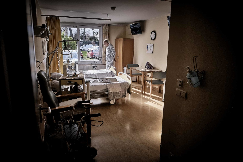 un homme seul dans sa chambre d'hôpital