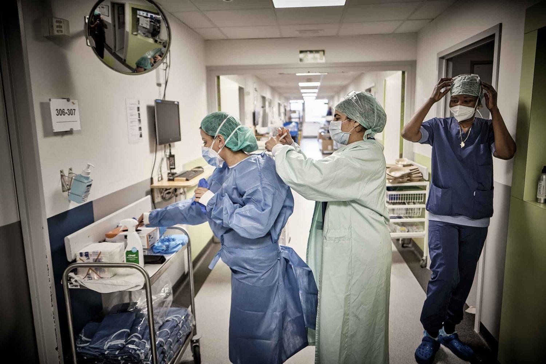 entraide entre deux infirmieres